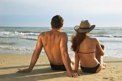 Dois em um alvorecer da reunião da costa Fotografia de Stock Royalty Free