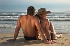 Dois em um alvorecer da reunião da costa Imagem de Stock Royalty Free