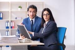 Dois empregados que trabalham no escrit?rio imagens de stock