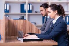 Dois empregados que trabalham no escrit?rio fotografia de stock royalty free