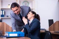 Dois empregados que trabalham no escrit?rio fotos de stock royalty free