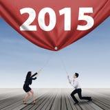 Dois empresários e números 2015 Fotografia de Stock