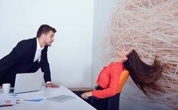 Dois empresários irritados que discutem a exibição que furioso um crescimento negativo representa graficamente Imagens de Stock