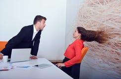 Dois empresários irritados que discutem a exibição que furioso um crescimento negativo representa graficamente Imagem de Stock Royalty Free