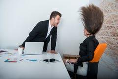Dois empresários irritados que discutem a exibição que furioso um crescimento negativo representa graficamente Fotografia de Stock Royalty Free