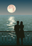 Dois enamoured admiram o moonrise Imagens de Stock