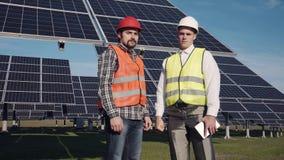 Dois engeneers das energias solares que olham in camera Imagens de Stock