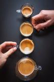 Dois entregam guardam xícaras de café fotografia de stock royalty free
