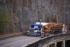 Dois equipamentos grandes transportam semi o transporte da carga que move-se para cada um fotografia de stock