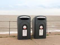 Dois escaninhos de reciclagem pretos na parte dianteira de mar encalham para o vidro Imagem de Stock Royalty Free