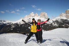 Dois esquiadores nos cumes Foto de Stock Royalty Free
