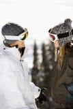 Dois esquiadores que sorriem em se Imagem de Stock Royalty Free