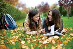 Dois estudantes adolescentes novos entre classes. Foto de Stock