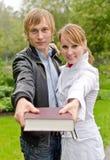 Dois estudantes com livro Fotografia de Stock Royalty Free