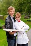 Dois estudantes com livro aberto Foto de Stock Royalty Free