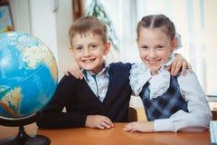 Dois estudantes com um globo imagens de stock