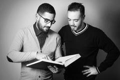 Dois estudantes estão aprendendo uma lição dura Imagens de Stock Royalty Free