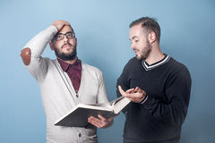 Dois estudantes estão aprendendo uma lição dura Imagem de Stock