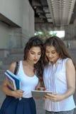 Dois estudantes estão discutindo sobre o estudo Fotos de Stock