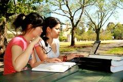 Dois estudantes fêmeas. Imagens de Stock