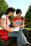 Dois estudantes fêmeas. Foto de Stock