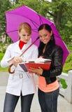 Dois estudantes fêmeas Fotos de Stock Royalty Free