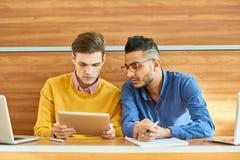 Dois estudantes na faculdade fotografia de stock royalty free