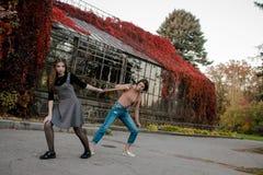 Dois estudantes que andam no parque do outono imagens de stock