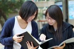 Dois estudantes universitários chineses no terreno Foto de Stock Royalty Free