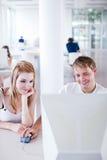 Dois estudantes universitários que têm o divertimento estudar junto Fotografia de Stock