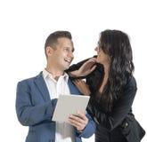 Dois executivos consideráveis novos que trabalham com tabuleta digital Imagens de Stock Royalty Free