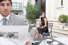 Papel da leitura do homem de negócio. fotos de stock royalty free