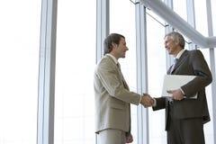 Dois executivos que agitam as mãos Imagens de Stock