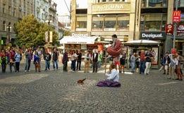 Dois executores da rua que levitam em Praga Imagens de Stock