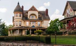 Dois exemplos de mansões vitorianos do estilo em Eureka Springs, Arkansas imagens de stock