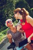 Dois fêmeas novos tendo o divertimento no parque fotografia de stock royalty free
