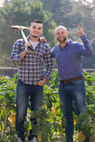 Dois fazendeiros masculinos na plantação Imagens de Stock Royalty Free