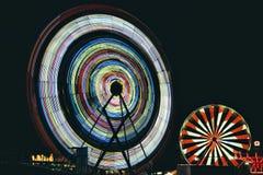 Dois Ferris Wheels na noite fotos de stock royalty free