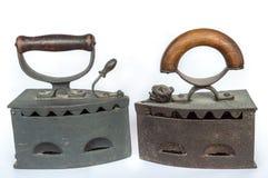 Dois ferros de passar roupa velhos no fundo branco fotografia de stock royalty free