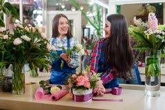 Dois floristas estão fazendo ramalhetes foto de stock