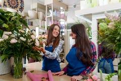 Dois floristas felizes foto de stock