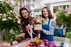 Dois floristas que criam um presente imagens de stock