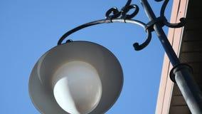 Dois forjaram a lanterna no fundo da construção e do céu video estoque
