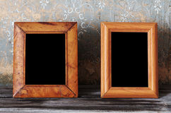 Dois foto-quadros na tabela velha imagens de stock