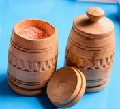 Dois frascos com sal frascos de madeira para temperar Imagem de Stock Royalty Free