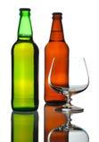 Dois frascos da cerveja e do vidro, isolados Foto de Stock Royalty Free