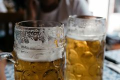 Dois frascos da cerveja e fundos do borrão Foto de Stock Royalty Free