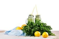 Dois frascos de pedreiro de batidos orgânicos das ervas e do vegetal, isolados em um fundo branco Vegetariano e conceito da aptid Imagens de Stock