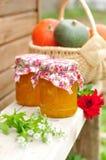 Dois frascos do doce da abóbora em um banco Fotografia de Stock Royalty Free