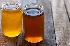 Dois frascos do mel Imagens de Stock Royalty Free